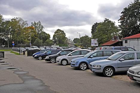 Riian alueella on useita kymmeniä autoliikkeitä.