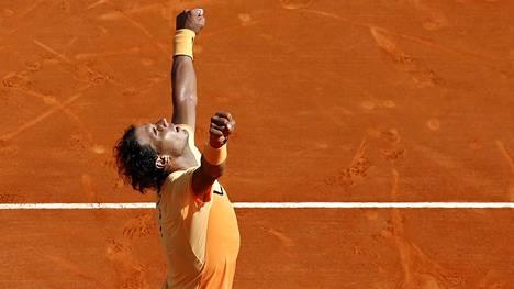 Massakentillä viihtyvä Rafael Nadal tuulettaa voittoa Andy Murraysta.