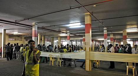 Puoli kilometriä Westgate-ostoskeskuksesta sijaitsevassa Oshwal-keskuksessa lukuisat vapaaehtoiset kokoontuvat auttaakseen iskun uhreja.