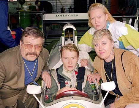 Perhe oli paikalla, kun Mika Häkkinen oli noussut Lotuksen F1-kuljettajaksi. Kuva vuodelta 1991.