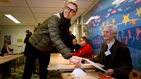 Pääministeri ja kokoomuksen puheenjohtaja Alexander Stubb äänesti Toppelundin koululla Haukilahdessa, Espoossa.