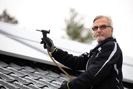 Jukka Heinonen sai suurista sähkölaskuista tarpeekseen ja aurinkosähköisti Parikkalassa sijaitsevan 187 neliömetrin kokoisen omakotitalonsa.
