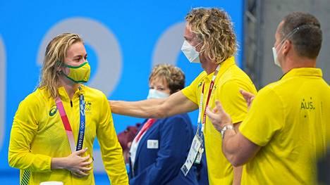 Ariarne Titmus sai onnittelut valmentaja Dean Boxallilta.