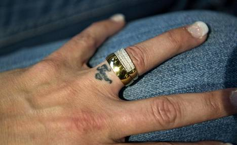 Kun Timon kuolemasta oli kulunut vuosi, Marice tatuoi vasempaan nimettömään Timon nimen.
