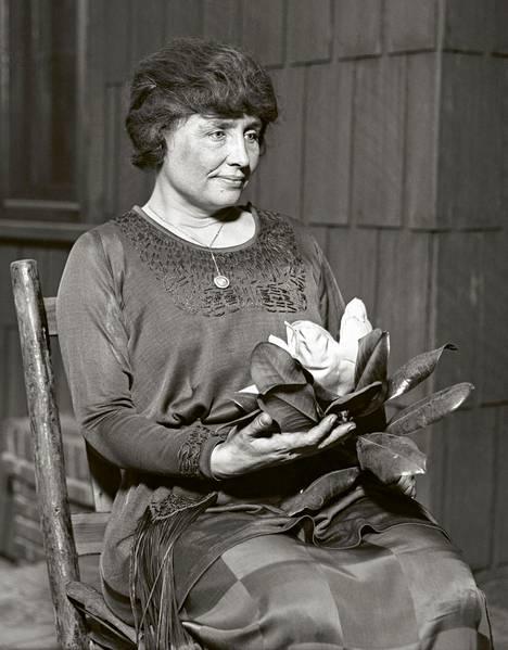 Kuurosokea Helen Keller (s. 1880) oli kirjailija, radikaali sosialisti sekä vammaisten ja työväenluokan puolustaja.
