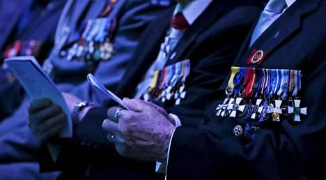 Kunniamerkkejä yleisössä kansallisen veteraanipäivänä Oulussa keskiviikkona 27. huhtikuuta 2016.