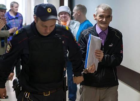 Juri Dmitrijeviä syytettiin lapsipornon kuvaamisesta ja häntä epäiltiin pedofiiliksi jutussa, jota on yleisesti pidetty täysin tekaistuna Venäjän viranomaisten aloittamana vainona häntä vastaan.