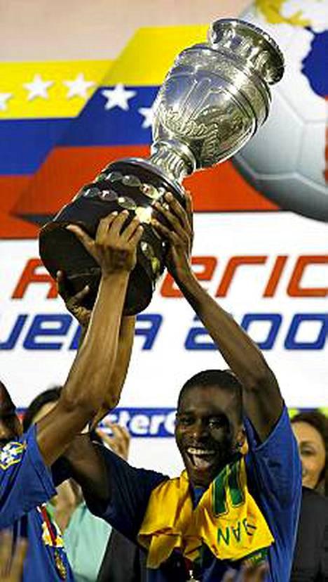 Brasilian kapteeni Juan sai kunnian nostaa Copa American voittopokaalin.