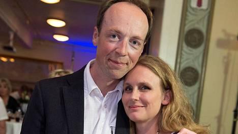 Hilla ja Jussi Halla-aho tutustuivat työskennellessään yliopistolla. Sitten Jussi pyysi leffaan.