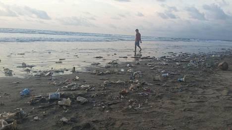 Jätteitä rannalla Balin lomasaarella 15. joulukuuta 2017.