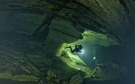 Norjassa kuolleet sukeltajat olivat luolasukeltamassa. Kuvassa luolasto Mo i Ranassa Norjassa.