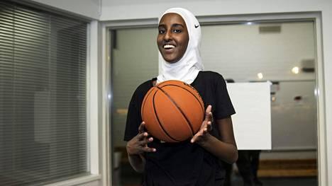 Kolmetoistavuotias Duaa Anshur Aden harjoitteli koripallojoukkueensa WB Pantterien kanssa Kurkimäen liikuntapuiston pienessä rakennuksessa Helsingissä.
