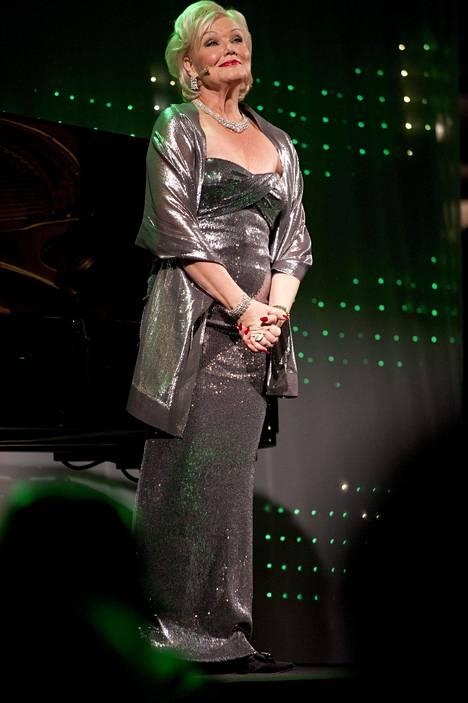 Mattila lahjoitti 1980–2000 -lukujen esiintymisasunsa Paraisilla toimivalle Saaristo-oopperalle.