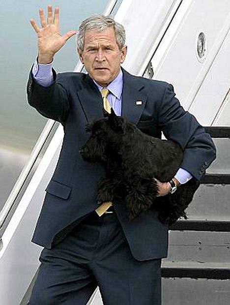 Kun Yhdysvaltain presidentin George W. Bushin henkilökunta pääsi kahdeksan vuotta sitten Valkoiseen taloon, he kohtasivat heti vaikeuksia.