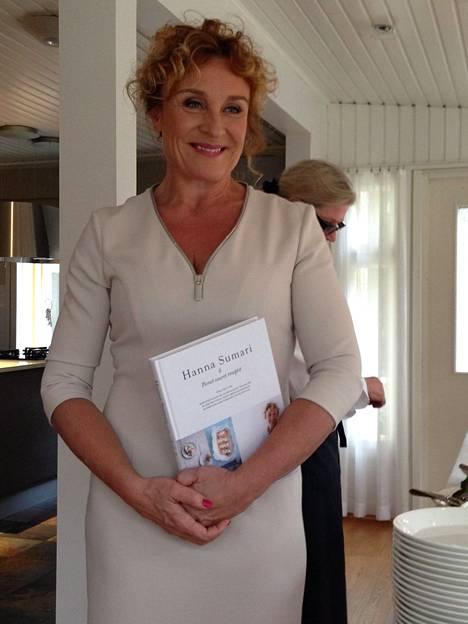 2015: Hanna julkaisi keittokirjan Pienet, suuret reseptit.