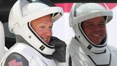 Floridan Isaias-myrsky hankaloittaa ISS-avaruusasemalta palaavien astronauttien Doug Hurleyn (vas.) ja Bob Behnkenin paluumatkaa.