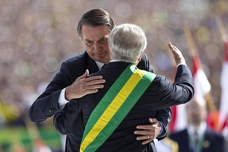 Presidentti Jair Bolsonaro halaa edeltäjäänsä Michel Temeriä.