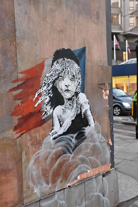 Uusi graffiti ilmestyi Lontoossa Ranskan suurlähetystö vastapäätä protestina Ranskassa maahanmuuttajiin käytettyä kaasua vastaan.
