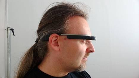 Näkymä sivulta. Sankojen musta osa on hipaisuohjain. Glass-näkymän tiirailu kääntää silmiä ylöspäin.