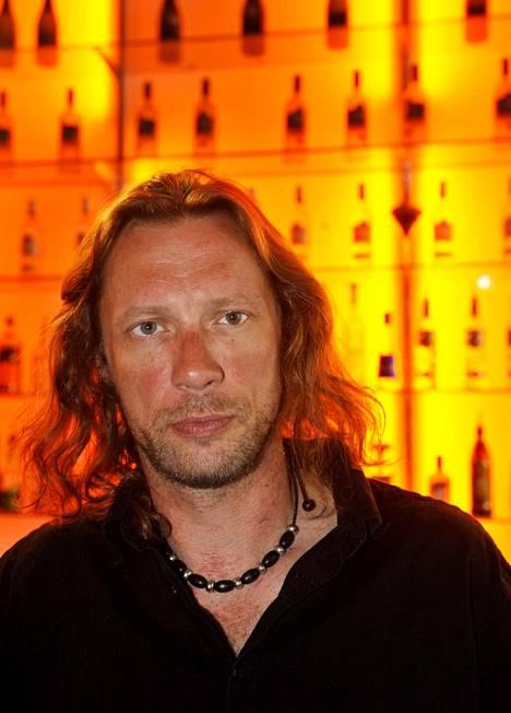 2009: Antti Reini näytteli niin ruotsalaisessa Wallanderissa kuin Aki Kaurismäen elokuvassa Haarautuvan rakkauden talo.