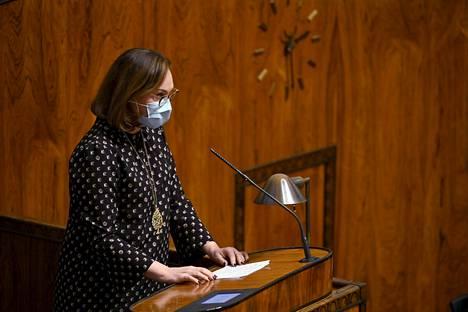 Kokoomuksen ryhmäpuheen pitänyt Anne-Mari Virolainen vaati eduskunnassa, ettei EU:n elpymispaketti saa nostaa Suomen veroastetta. Mutta elpymispakettikokonaisuuden kanssa kokoomus on puun ja kuoren välissä.