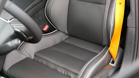 Kiinnitä turvavyö aina, riippumatta siitä, kuljetko henkilö- tai pakettiautossa, etu- tai takapenkillä. Muista turvayö myös pitkän matkan busseissa.