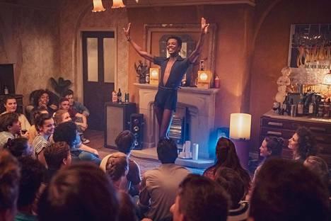 Roscoe (Omari Douglas) hurmaa ystävänsä kotibileissä.
