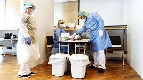 Työtä on tarjolla terveydenhuoltoalan osaajille, näytteenottoon pääsee muun muassa lähihoitajan, sairaanhoitajan ja laboratoriohoitajan papereilla.