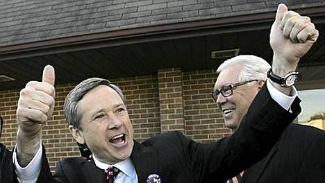 Illinoisin tuleva senaattori Mark Kirk tuulettaa.