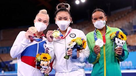 Naisten neliottelun mitalikolmikko: Venäjän olympiakomitean Angelina Melnikova (vas.) oli kolmas, Yhdysvaltojen Sunisa Lee (kesk.) voitti olympiakultaa ja Brasilian Rebeca Andrade oli hopealla.