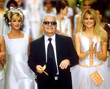 Supermallit Linda Evangelista (vas.) ja Claudia Schiffer kuuluivat Lagerfeldin muusiin ja luottomalleihin. Kuva vuodelta 1996.