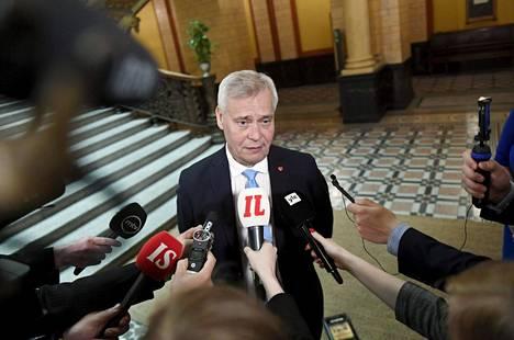 Keskustaa sapetti, kun hallituksen muodostaja Antti Rinne vakuutteli päivästä toiseen kaiken sujuvan hyvin Säätytalon hallitusneuvotteluissa. Keskusta ei puoleentoista viikkoon saanut läpi omia kynnyskysymyksiään, ja talouslukujen valmistuminen kesti viime viikon maanantaihin asti.
