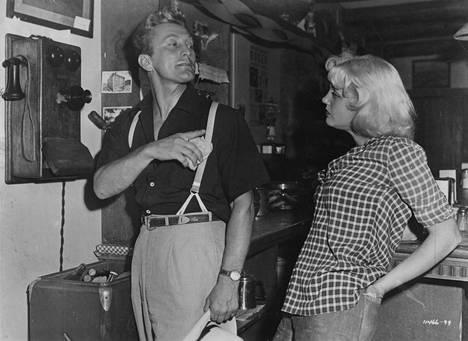 Kirk Douglas ja Jan Sterling Billy Wilderin 1951 tekemässä rohkeassa paljastuselokuvassa Tuhansien silmien edessä (The Big Carnival).