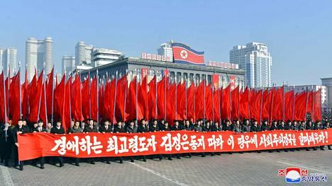 Pohjoiskorealaiset marssivat pääkaupunki Pyongyangissa tammikuussa luvaten toteuttaa Korean työväenpuolen keskuskomitean päätökset.