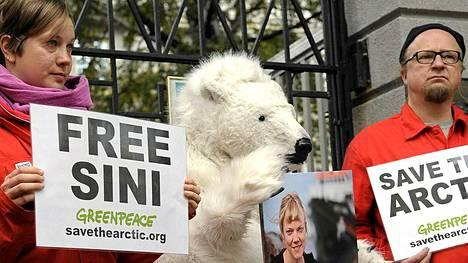 Tukimielenosoitus Venäjällä pidätetyn Greenpeace-aktivisti Sini Saarelan puolesta Venäjän suurlähetystön Helsingissä.