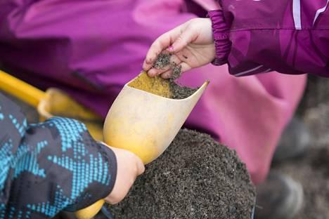 Työntekijät kertovat joutuneensa itse auraamaan ja hiekoittamaan talvella päiväkodin pihat, jotta lapset pystyvät turvallisesti ulkoilemaan.