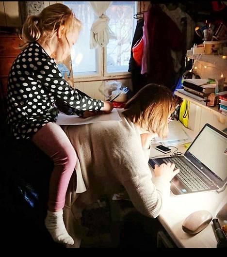 Ennen valmistumistani aika meni iltaisinkin usein opiskelun parissa, mutta lapsi keksi tavan olla äidin lähellä.  Elina Kunnaala
