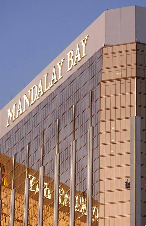 Mandalay Bay -hotellin 32 kerroksen rikkoontuneet ikkunat.