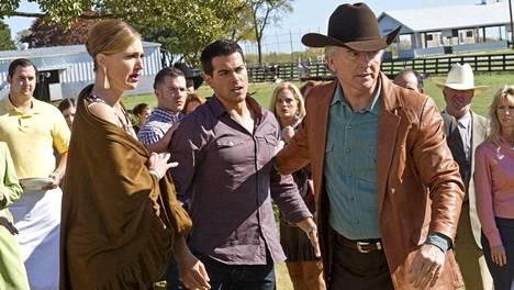 Bobby Ewingin poikaa Christopher Ewingia näyttelee Jesse Metcalfe (keskellä) ja Ann-vaimoa Brenda Strong (vas.).