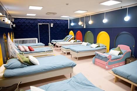 Makuuhuone on tällä kertaa varsin poikkeuksellinen. Huoneesta löytyy 12 sänkyä.