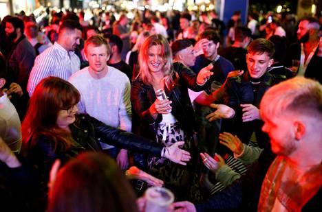 """Ihmiset kerääntyivät lauantaina Lontoon Sohoon juhlimaan """"lockdownin"""" päättymistä."""