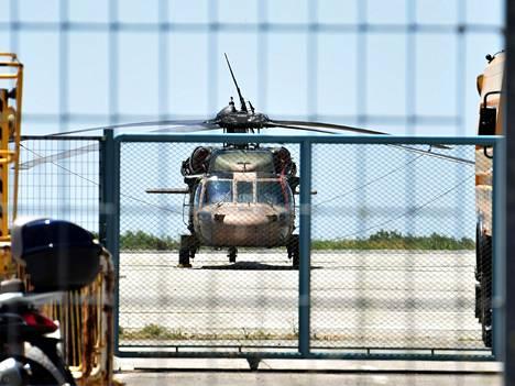 Turkkilainen sotilashelikopteri laskeutuu Alexandroupolisiin Kreikkaan. Kahdeksan turkkilaista sotilasta hakee maasta turvapaikkaa