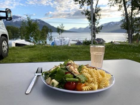 Ota syömissä käyttöön sekä että -ajattelu. Syö sekä perusterveellistä kotiruokaa että herkkuja silloin tällöin.