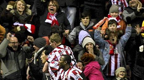 Sunderlandin pelaajat ja kannattajat juhlivat viime hetken maalia.