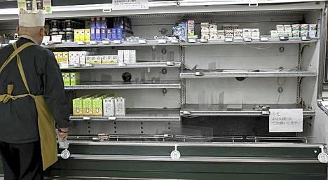 Ruokakauppojen hyllyillä on puutteita Tokiossa.