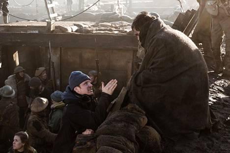 Tolkienin kuvauspäivät venyivät pitkiksi. Kun Suomessa elokuvaa tehdään 10 tuntia päivässä, Hollywood-tuotannoissa normina on 12 tuntia. –Kun työpäivän päälle lisää matkat, se on fyysisesti raskasta, Karukoski huokaa.
