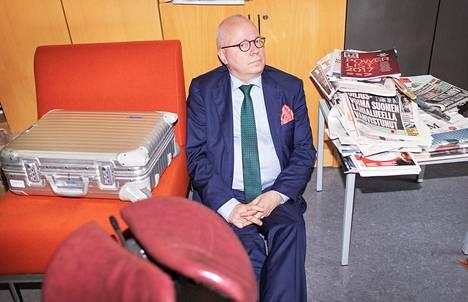 Kriisiviestinnän asiantuntijana tunnettu Tekirin hallituksen puheenjohtaja Harri Saukkomaa konsultoi Kulmunia 700 euron tuntitaksalla.