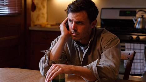 Casey Affleck näyttelee Manchester by the Sea -draamassa entiseen kotikaupunkiinsa palaavaa talonmiestä.