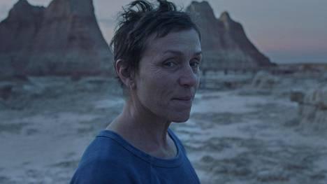 Frances McDormand palkittiin parhaasta naispääosasta elokuvasta Nomadland. Elokuva oli kolmella Oscar-palkinnolla gaalan suurin voittaja.