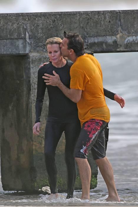 Kim Basinger ikuistettiin Havaijilla miesystävänsä kanssa joulukuussa 2014.